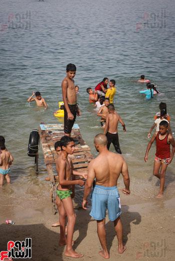 مواطنو الإسكندرية يهربون من الموجة الحارة إلى البحر (25)1