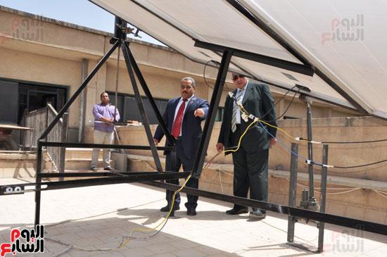 جامعة أسيوط تطبق الخلايا الشمسية المتحركة على أقسام كلية العلوم  (3)