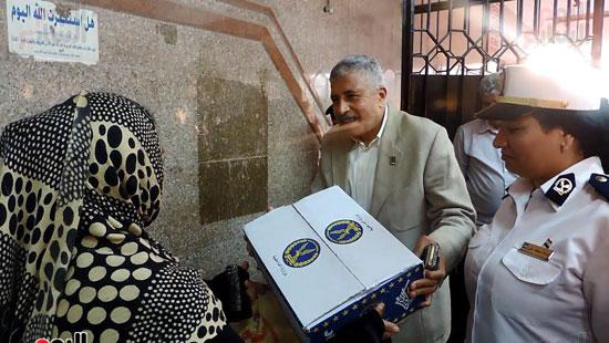 مدير أمن الغربية يوزع كراتين رمضانية على المواطنين (1)