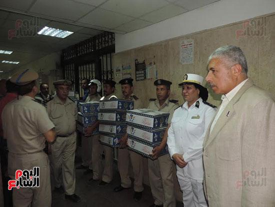 مدير أمن الغربية يوزع كراتين رمضانية على المواطنين (2)