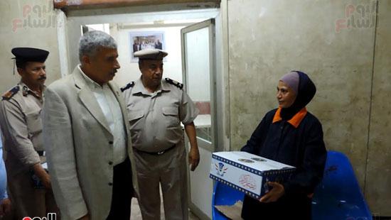 مدير أمن الغربية يوزع كراتين رمضانية على المواطنين (3)