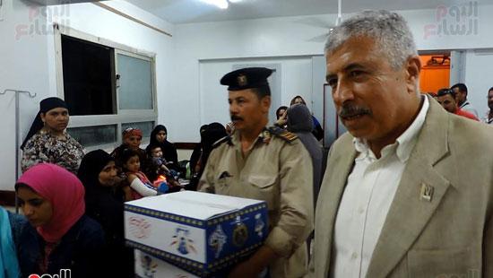 مدير أمن الغربية يوزع كراتين رمضانية على المواطنين (5)