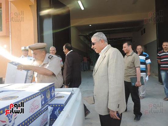 مدير أمن الغربية يوزع كراتين رمضانية على المواطنين (6)