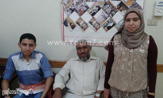 فاطمة مع والدها وشقيقها -اليوم السابع -7 -2015