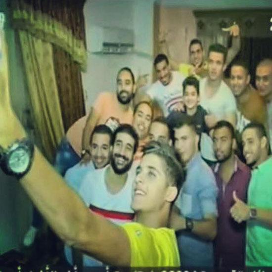 الشيخ يلتقط صور سيلفى مع أصدقائه بمنزله -اليوم السابع -7 -2015