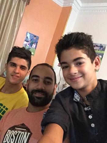الشيخ مع شقيقه وأحد زملائه -اليوم السابع -7 -2015