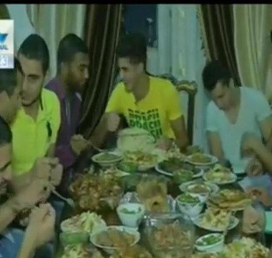 الشيخ وسط زملائه على مائدة الإفطار -اليوم السابع -7 -2015