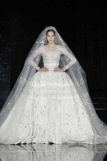 هذا الفستان من تصميم اللبنانى زهير مراد، وهو يحمل تصاميم راقية وأنيقة مع طرحة طويلة للعروس تصل لطول الفستان. -اليوم السابع -7 -2015