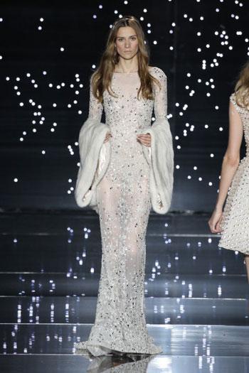 ويحمل فستان الزفاف من تصميم زهير مراد شكلاً غير تقليدى مع أكمام واسعة ومختلفة. -اليوم السابع -7 -2015