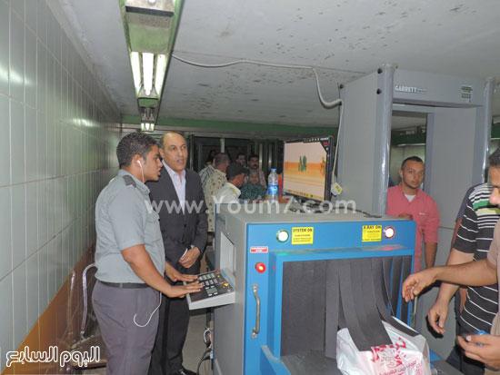 مدير شرطة النقل مع فرد أمن بالمترو -اليوم السابع -7 -2015