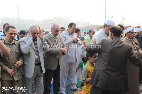 المحافظ ومدير الأمن يؤديان صلاة العيد -اليوم السابع -7 -2015