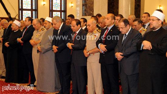 الرئيس يتوسط وزير الدفاع ورئيس الوزراء خلال صلاة عيد الفطر -اليوم السابع -7 -2015