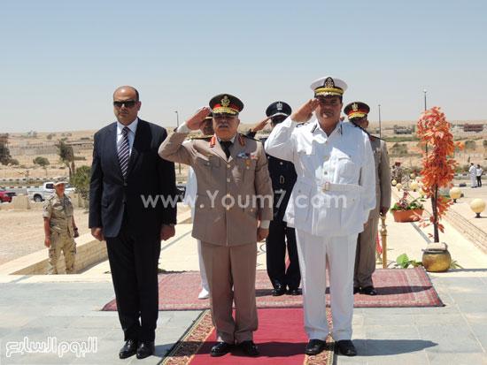 قائد المنطقة الغربية ومحافظ ومدير أمن مطروح يؤدون التحية للشهداء -اليوم السابع -7 -2015