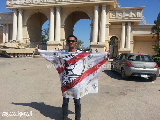 أحد مشجعى الزمالك يرفع شعار النادى -اليوم السابع -7 -2015