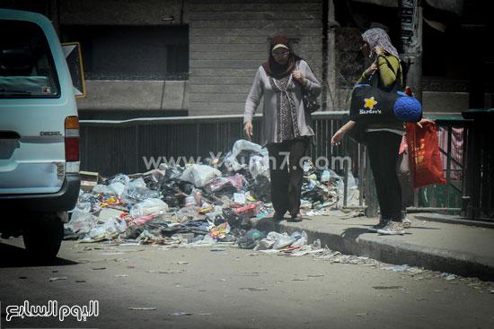 المواطنون يعجزون عن الصعود والنزول من القمامة   -اليوم السابع -7 -2015