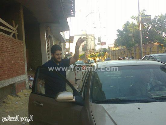 نجل مرسى يتوجه لركوب سيارته للعودة لمنزله -اليوم السابع -7 -2015