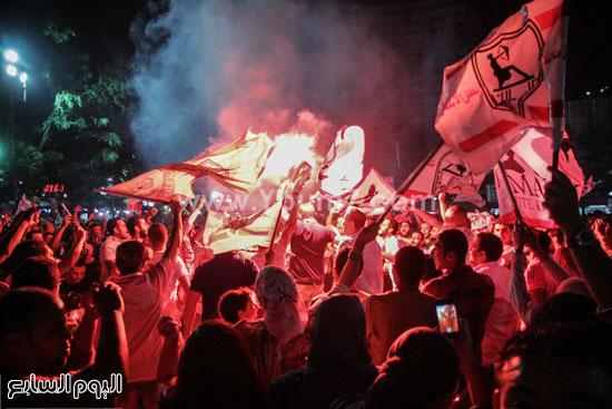 فرحة عارمة لجمهور الزمالك والاحتفال بالأعلام والشماريخ أمام النادى -اليوم السابع -7 -2015