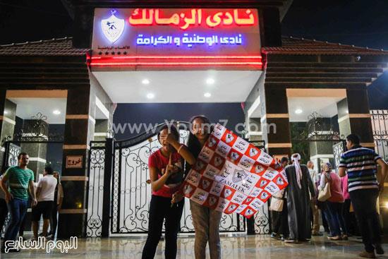 فتاتان من مشجعى الزمالك يحتفلون أمام بوابة النادى البيض -اليوم السابع -7 -2015