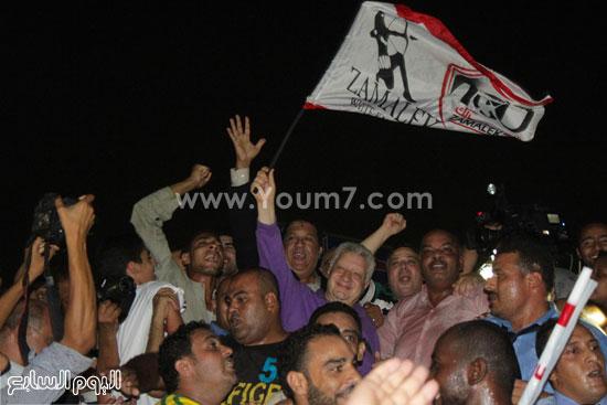 رئيس نادى الزمالك يحمل علم النادى ويحتفل وسط الجماهير -اليوم السابع -7 -2015