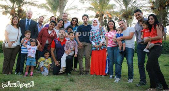 الفائزون من الآباء فى المسابقة مع عائلتهم -اليوم السابع -7 -2015