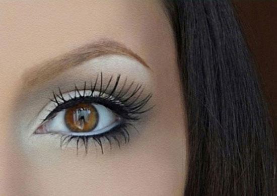 عند تطبيق الكحل ، قم بمد القلم إلي الزوايا الخارجية عند العينين ، فهذه  الحيلة سوف تجعل العينين و الرموش تبدو أكبر و أوسع .