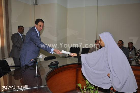 المحافظ يسلم سيدة مساعدة مالية  -اليوم السابع -7 -2015