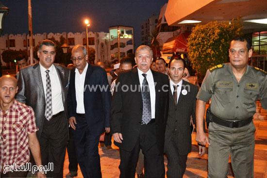 المحافظ اثناء توجهه لمائدة الإفطار  -اليوم السابع -7 -2015