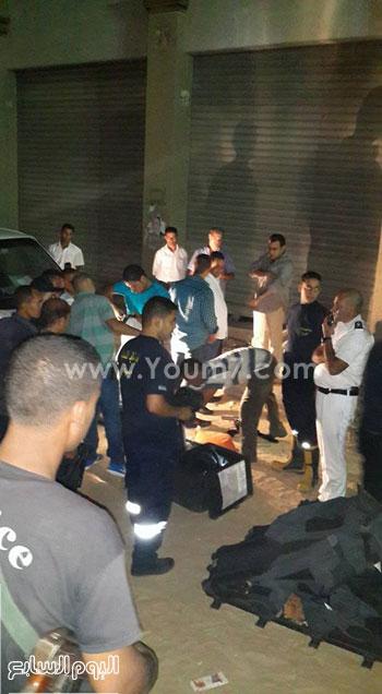 خبراء المفرقعات أثناء تفكيك أحد العبوات -اليوم السابع -7 -2015