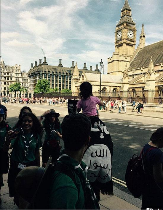 رجل وابنته يتجولان فى شوارع لندن بأعلام داعش  -اليوم السابع -7 -2015
