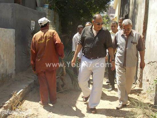 رئيس المدينة يتابع أعمال النظافة بالمقابر  -اليوم السابع -7 -2015