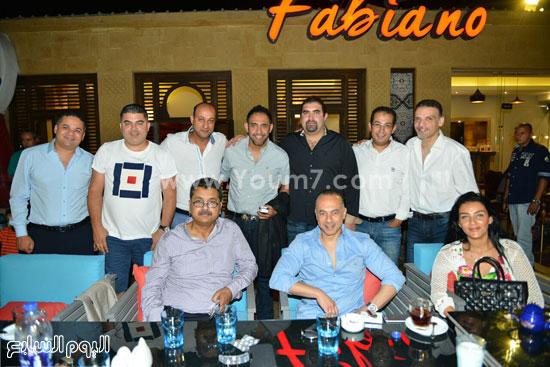 ياسر سليم وعدد من رواد المطعم فى صورة تذكارية -اليوم السابع -7 -2015