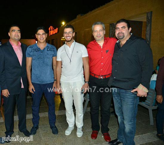 أبو هشيمة وياسر سليم وسعد المجرد مع عدد من رواد المطعم -اليوم السابع -7 -2015