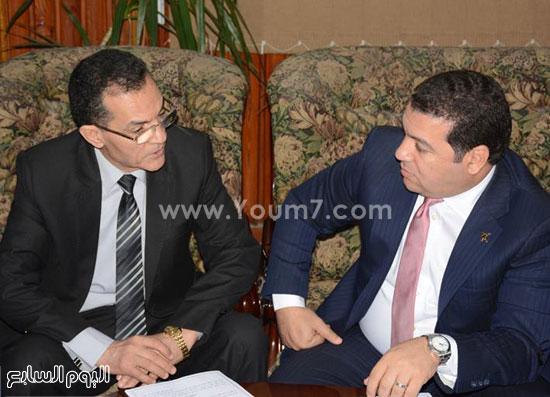رئيس فالكون مع رئيس جامعة الأزهر -اليوم السابع -7 -2015