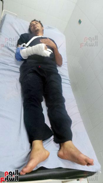 الطبيب المصاب يرقد بالمستشفى (2)