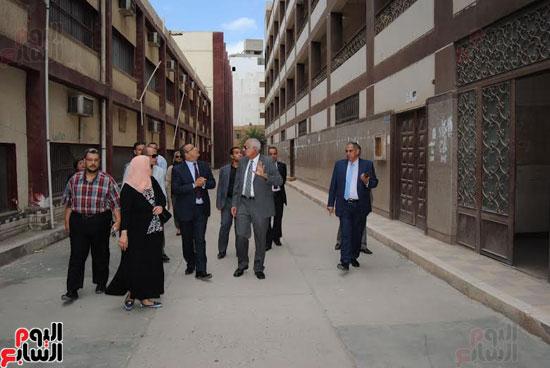 رئيس جامعة المنصورة يتفقد مبنى كلية الآداب القديم قبل نقل رياض الأطفال به  (1)