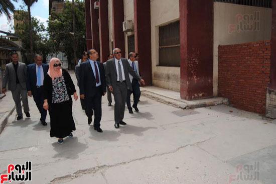رئيس جامعة المنصورة يتفقد مبنى كلية الآداب القديم قبل نقل رياض الأطفال به  (2)
