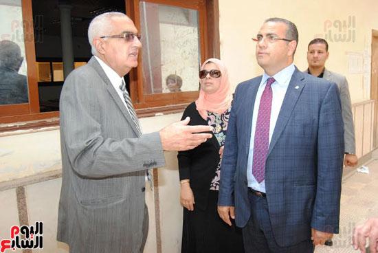 رئيس جامعة المنصورة يتفقد مبنى كلية الآداب القديم قبل نقل رياض الأطفال به  (3)
