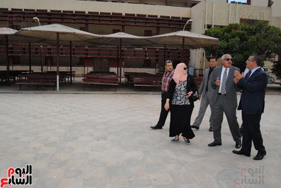 رئيس جامعة المنصورة يتفقد مبنى كلية الآداب القديم قبل نقل رياض الأطفال به  (4)