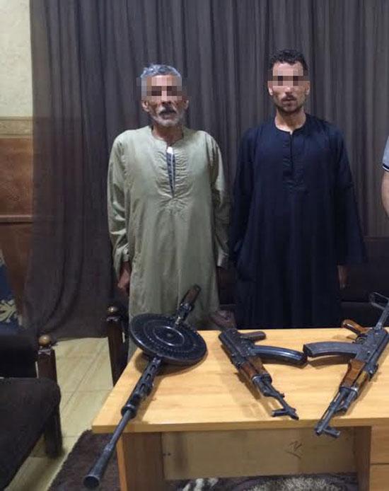 القبض على عاملين أطلقا النار على مدرعة شرطة وبحوزتهما 2 جرينوف بسوهاج (1)