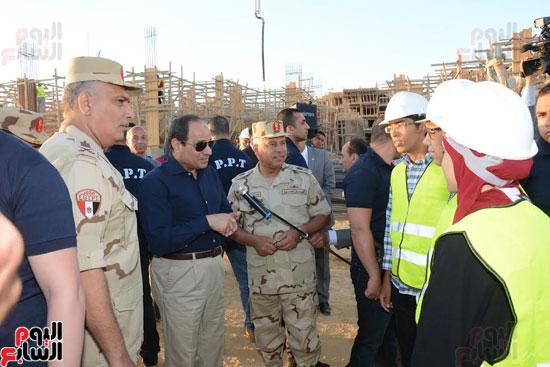 1السيسي يتفقد أعمال الإنشاءات بالمرحلة الثالثة لمشروع مدينة الأسمرات فجرًا (9)