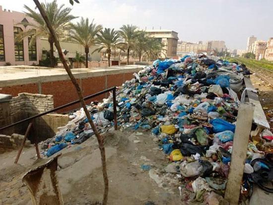 انتشار القمامة على قضبان السكة الحديد (1)