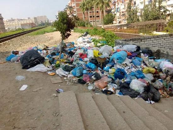 انتشار القمامة على قضبان السكة الحديد (2)