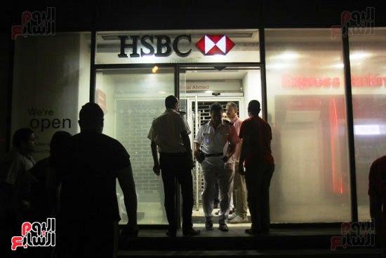 مجهولون يهاجمون حارس بنك HSBC ويستولون على سلاحه بالمهندسين (3)