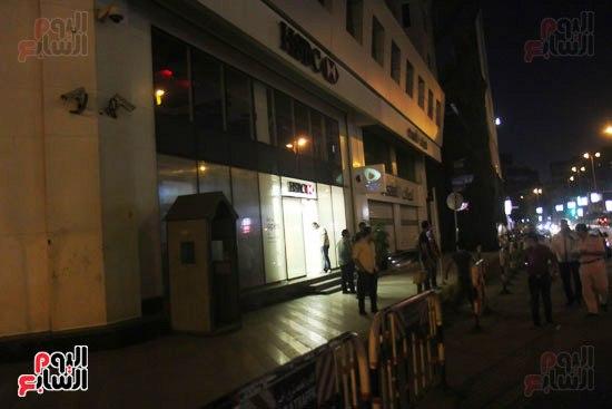 مجهولون يهاجمون حارس بنك HSBC ويستولون على سلاحه بالمهندسين (5)