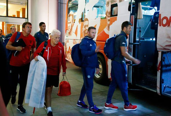 مانشستر يونايتد يغادر الصين بعد إلغاء مباراة الديربى (1)