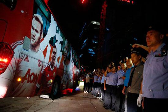 مانشستر يونايتد يغادر الصين بعد إلغاء مباراة الديربى (3)