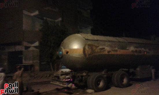 شاحنة بترول تتعرض لحادث أمام قرية القنادلة بأسوان (1)