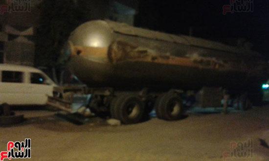 شاحنة بترول تتعرض لحادث أمام قرية القنادلة بأسوان (3)