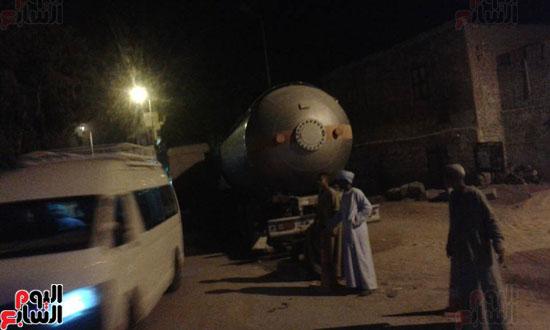 شاحنة بترول تتعرض لحادث أمام قرية القنادلة بأسوان (4)