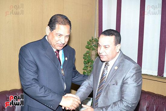 منظمة الشعوب والبرلمانات العربية تمنح محافظ الغربية درع المنظمة (1)